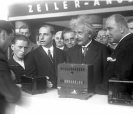 heimkino-die-ifa-historisch-21-albert-einstein-und-der-erste-fernseh-demonstrations-empfaenger-1930-13128.jpg