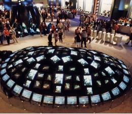 heimkino-die-ifa-historisch-21-philips-setzt-seine-roehrenglotzen-1995-kunstvoll-in-szene-13134.jpg
